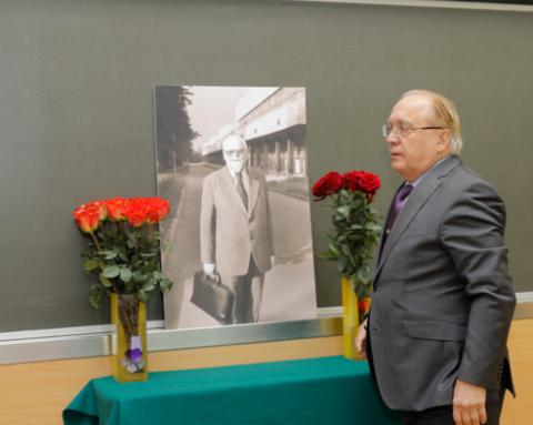 фото А.Н.Тихонова в зале пленарных заседаний